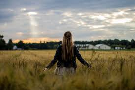 Aarden-oefening-zenenzin-vrouw-in-gras