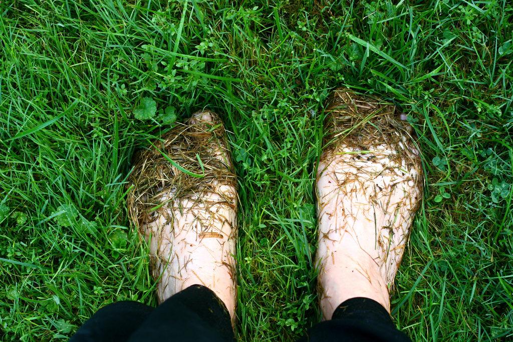 aarden-oefening-zeenzin-Voeten-op-gras